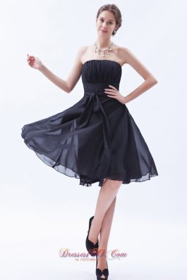 2013 Black A-line / Princess Strapless Knee-length Chiffon Bow Bridesmaid Dress